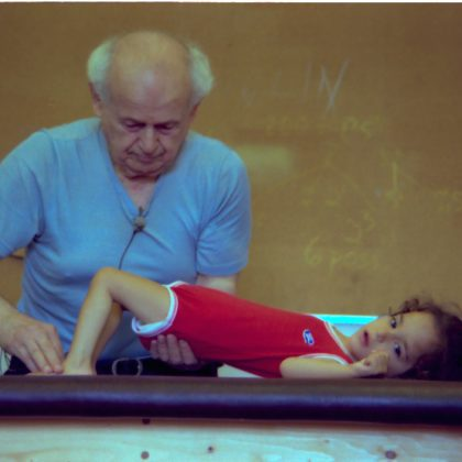 IFF Moshe and child Amherst 1981 04 l 420x420 - Die FELDENKRAIS® Methode