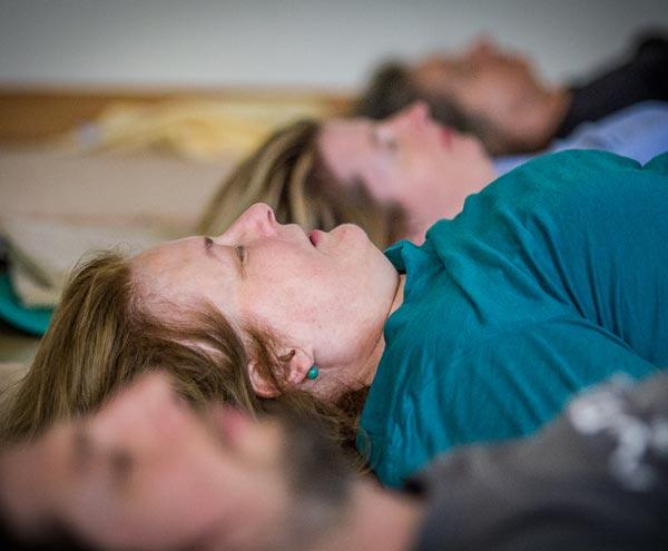 Foto Personen sitzen am Boden bei Feldenkrais-Kurs in Seminarraum